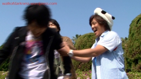 shirokuma_cafe_bonus_zoo_trip_dvd_screencap_holding_back_takayuki_kondo